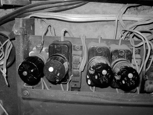 Электрический щеток с пробками-автоматами