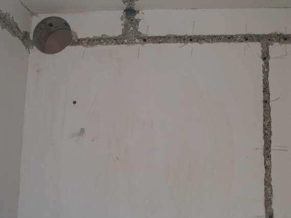 монтаж скрытой распределительной коробки в бетон штробление